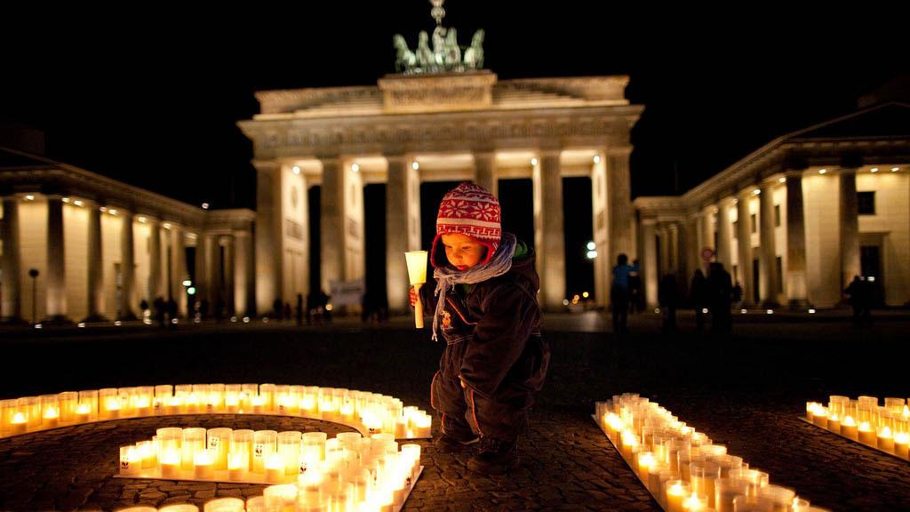 Kerzen zur Earth Hour: Kind vor dem Brandenburger Tor in Berlin