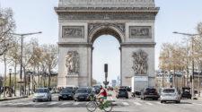 Mobilität der Zukunft: Fahrrad vor dem Arc de Triomphe in Paris