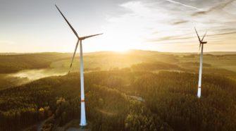 Ausbau der erneuerbaren stockt: Windkraftanlage vor Sonnenuntergang