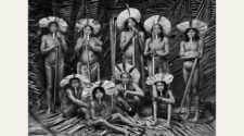 Gruppe von Indigenen aus: Sebastião Salgado. Amazônia / TASCHEN