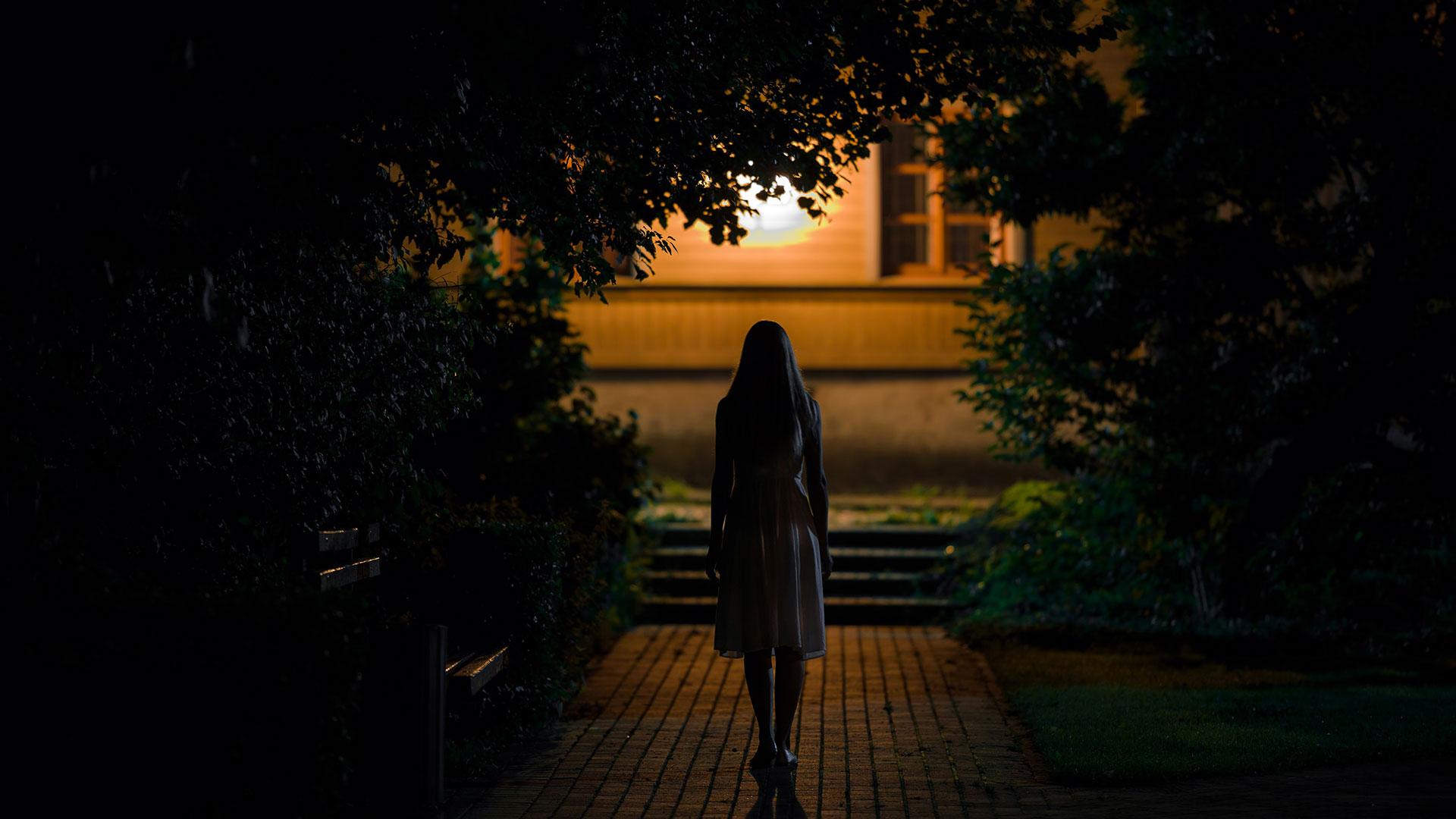 : Zwischenverhandlungen Frau in der Nacht