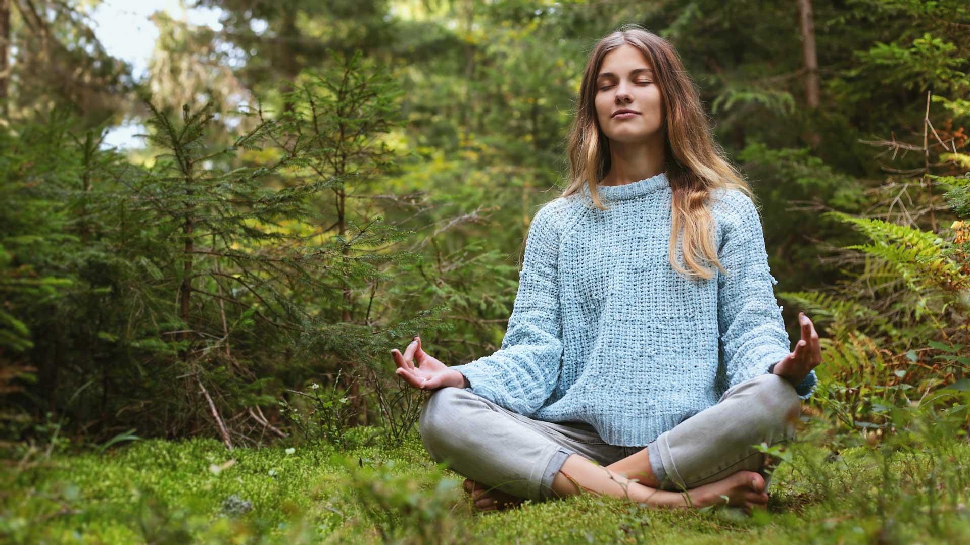 Weltwald Frau bei Meditation im Wald