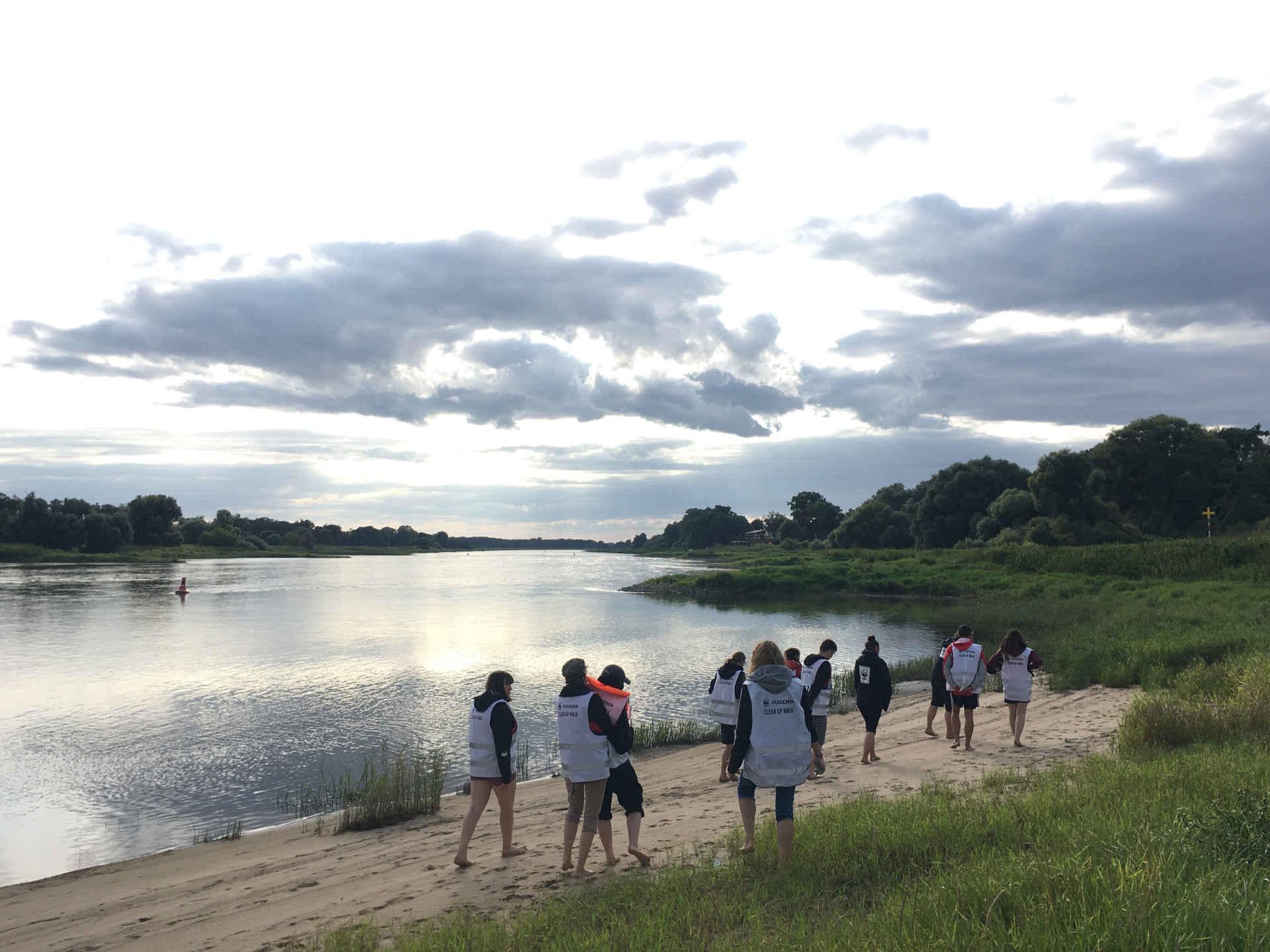 WWF Jugend an der Elbe beim Clean Up Walk 2021